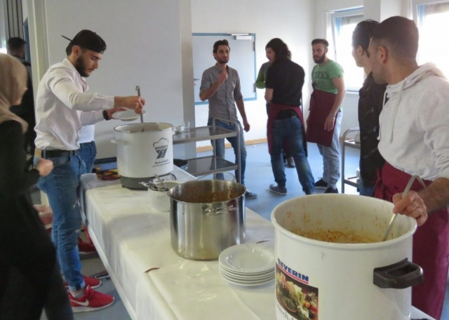 Hier das Küchenteam bei der Essensausgabe. Beide Suppen waren sehr lecker