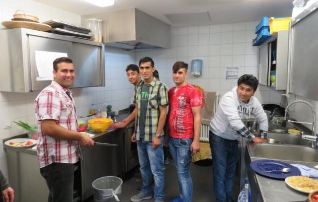 Ekram und Freunde bereiten den Salat vor. Draußen wurde der Reis gekocht