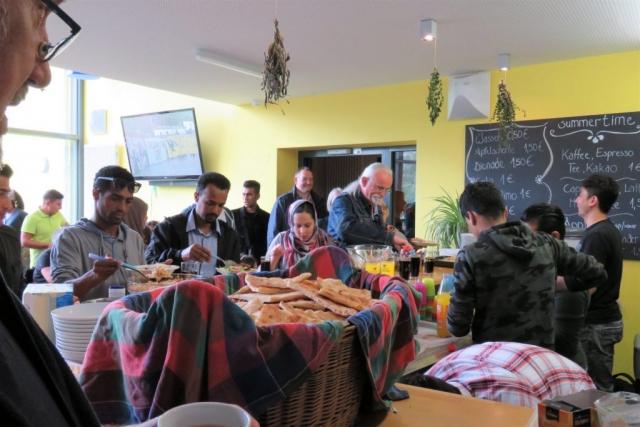 Die BesucherInnen versorgen sich mit Essen